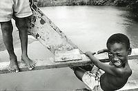 COLOMBIA  - Buenaventura -villaggio nella foresta colombiana  utilizzato per lo studio della malaria dall'OMS in quanto presenti le principali specie di zanzare anofele. Nell'immagine due bambini giocano nei pressi di un fiume.