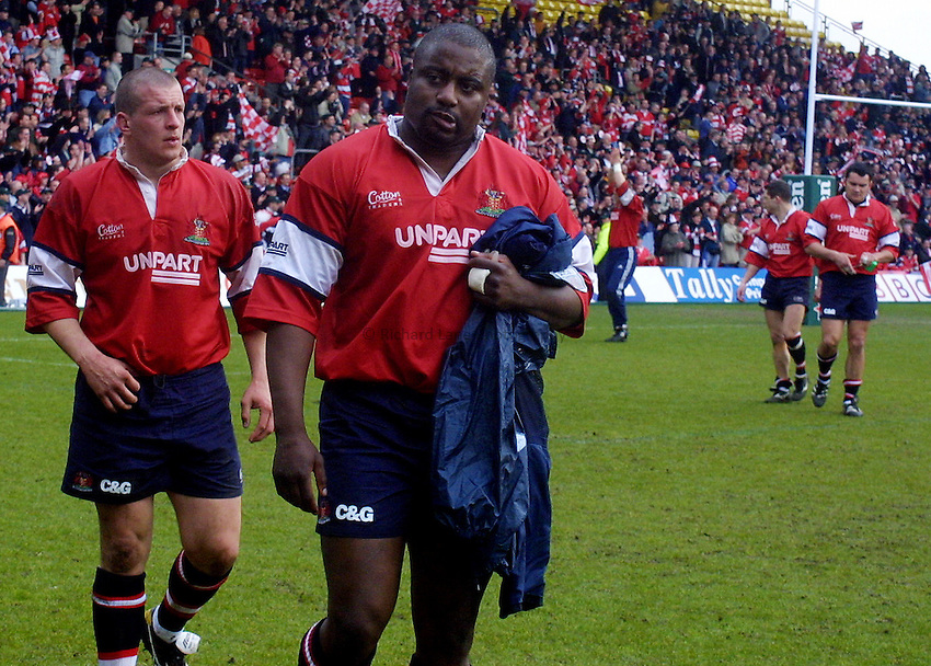 Picture : Jason Green.HEINEKEN CUP SEMI FINAL 2001.LEICESTER TIGERS V GLOUCSTER.21-04-01.A DEJECTED STEVE OJOMOH AND TEAM MATES