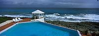 Iles Bahamas /Ile de Long Island: en avion au dessus des Bahamas et de la mer Caraïbe sous un ciel nuageux