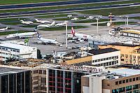 RIO DE JANEIRO, RJ, 30 JULHO 2012 - AEROPORTO SANTOS DUMONT- Movimentacao de pousos e decolagens no Aeroporto Santos Dumont na tarde desta segunda-feira, dia 30, no centro do rio.(FOTO:MARCELO FONSECA / BRAZIL PHOTO PRESS).