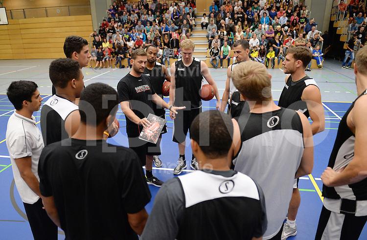 Basketball 1. Bundesliga 2013/2013  26.08.2013 Walter Tigers Tuebingen   Oeffentliches Training Teamkreis mit Trainer Igor Perovic (Mitte li, Tiger)