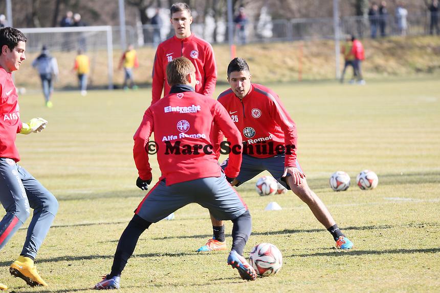 Takshi Inui gegen Slobodan Medojevic (Eintracht) - Eintracht Frankfurt Training, Commerzbank Arena
