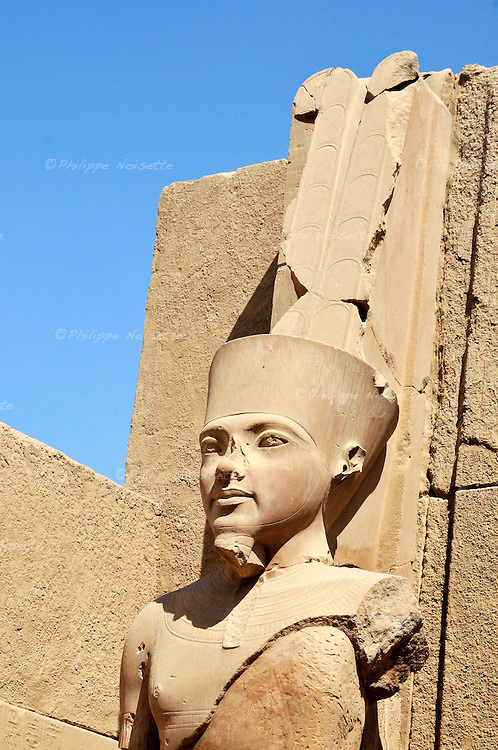 Statue représentant le pharaon Toutankhamon dans les temples de Karnak à Louxor en Egypte / Afrique / Statue of Toutankhamen / The Karnak Temple Complex comprises a vast conglomeration of ruined temples chapels pylons and other buildings notably the Great Temple of Amen and a massive structure begun by Pharaoh Amenhotep III / It is located near Luxor