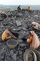 INDIEN Jharia Menschen sammeln Kohle am Rande eines Kohletagebaus zum Verkauf als Koks auf dem Markt | .INDIA Jharkhand Jharia people collect coal from coalfield to sell as coke on the market for the livelihood of her family