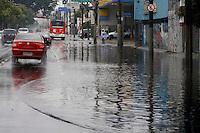 S&Atilde;O PAULO, SP, 07/01/2012, CHUVA EM SA&Otilde; PAULO.<br />  <br />  A forte e r&aacute;pida chuva que caiu sobre S&atilde;o Paulo deixou alguns pontos de alagamento, na foto alagamento na  Av. Radial Leste.<br />  Luiz Guarnieri/ News Free