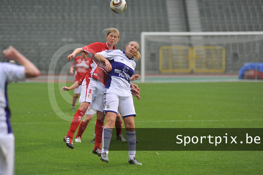 RSC Anderlecht Dames - Standard Femina de Liege : .duel tussen Julie Biesmans en Sophie Mannaert.foto JOKE VUYLSTEKE / Vrouwenteam.be