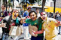 CURITIBA, PR, 13 DE NOVEMBRO DE 2013 – LISTÃO DOS APROVADOS DA FEDERAL -  Candidatos festejam aprovação na primeira fase da  Universidade Federal do Paraná - UFPR, lista divulgada na tarde desta quarta-feira (13),no centro de curitiba.FOTO: PAULO LISBOA/BRAZIL PHOTO PRESS