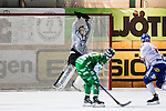 Stockholm 2013-11-26 Bandy Elitserien Hammarby IF - Edsbyns IF :  <br /> Edsbyn m&aring;lvakt Erik Persson r&auml;ddar en straff av Hammarby Patrik Nilsson och som tar i ribban <br /> (Foto: Kenta J&ouml;nsson) Nyckelord: