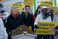 Ca. 25 Bienenzuechter und das Kampagnennetzwerk campact protestierten am Mittwoch den 16. Januar 2013 vor dem Bundeskanzleramt gegen den zunehmenden Einsatz von Pestizieden in der Landwirtschaft. Der Einsatz von Insektenvernichtungsmitteln gefaehrdet die Bienen und somit die Existenz der Imker.<br />Im Bild: Links, Baerbel Hoehn, stellv. Vorsitzende der Bundestagsfraktion von B 90/Die Gruenen. Sie war von 1995 bis 2005 Umweltministerin des Landes Nordrhein-Westfalen.<br />16.1.2013, Berlin<br />Copyright: Christian-Ditsch.de<br />[Inhaltsveraendernde Manipulation des Fotos nur nach ausdruecklicher Genehmigung des Fotografen. Vereinbarungen ueber Abtretung von Persoenlichkeitsrechten/Model Release der abgebildeten Person/Personen liegen nicht vor. NO MODEL RELEASE! Don't publish without copyright Christian-Ditsch.de, Veroeffentlichung nur mit Fotografennennung, sowie gegen Honorar, MwSt. und Beleg. Konto:, I N G - D i B a, IBAN DE58500105175400192269, BIC INGDDEFFXXX, Kontakt: post@christian-ditsch.de<br />Urhebervermerk wird gemaess Paragraph 13 UHG verlangt.]