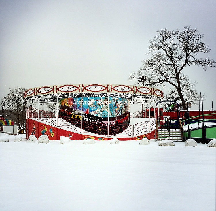 Middlebury, CT- 26 January 2015-012615CM05- Snow begins to fall around the Music Fest inside Quassy Amusement in Middlebury on Monday.    Christopher Massa Republican-American