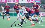 AMSTELVEEN - Floris Middendorp (Adam) met Blake Wotherspoon (HCKZ) tijdens de hoofdklasse competitiewedstrijd mannen, Amsterdam-HCKC (1-0).  COPYRIGHT KOEN SUYK