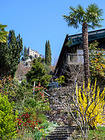 Brunnenburg und Dorf Gratsch bei Meran-Merano, Provinz Bozen &ndash; S&uuml;dtirol, Italien<br /> Brunnenburg and village Gratsch, Meran-Merano, province Bozen-South Tyrol, Italy