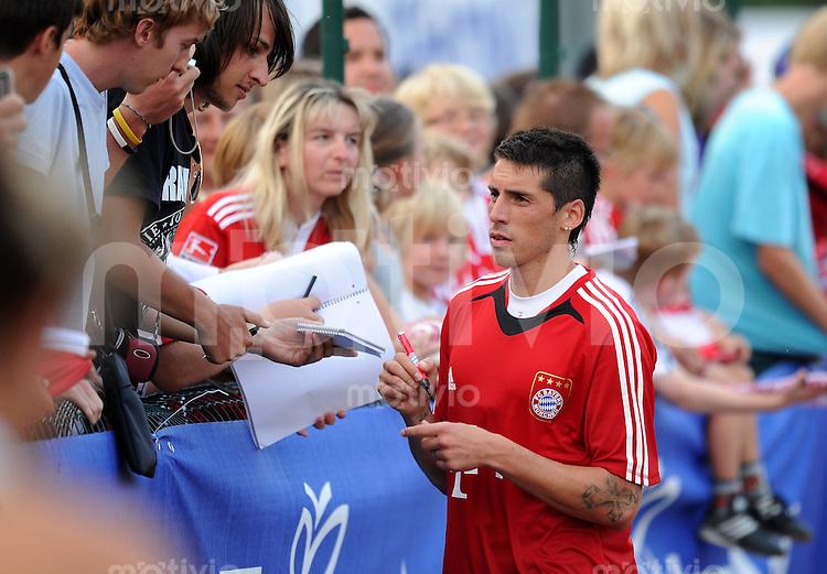 Fussball 1. Bundesliga:  Saison   2010/2011    Training beim FC Bayern Muenchen 20.07.2010 Vorbereitung im Trainingslager am Gardersee , Trentino, Riva del Garda Jose Ernesto Sosa schreibt den Fans Autogramme (FCB)