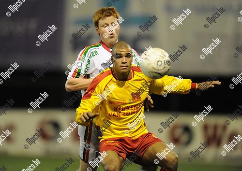 2011-02-12 / Voetbal / seizoen 2010-2011 / Oosterzonen - Leopoldsburg / Sidy Ceesay (Oosterzonen) met Jasper Grevendonck in de rug..Foto: mpics