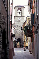 Varzi, paese in provincia di Pavia. Scorcio da un vicolo verso la torre di Porta Soprana --- Varzi, village in the province of Pavia. Glimpse from an alley towards the tower of Gate Soprana