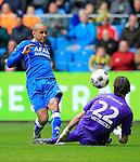 Nederland, Arnhem, 1 april 2012.Eredivisie.Seizoen 2011-2012.Vitesse-AZ.Simon Poulsen (l.) van AZ schiet op de goal van Vitesse. Rechts Piet Velthuizen keeper (doelman) van Vitesse