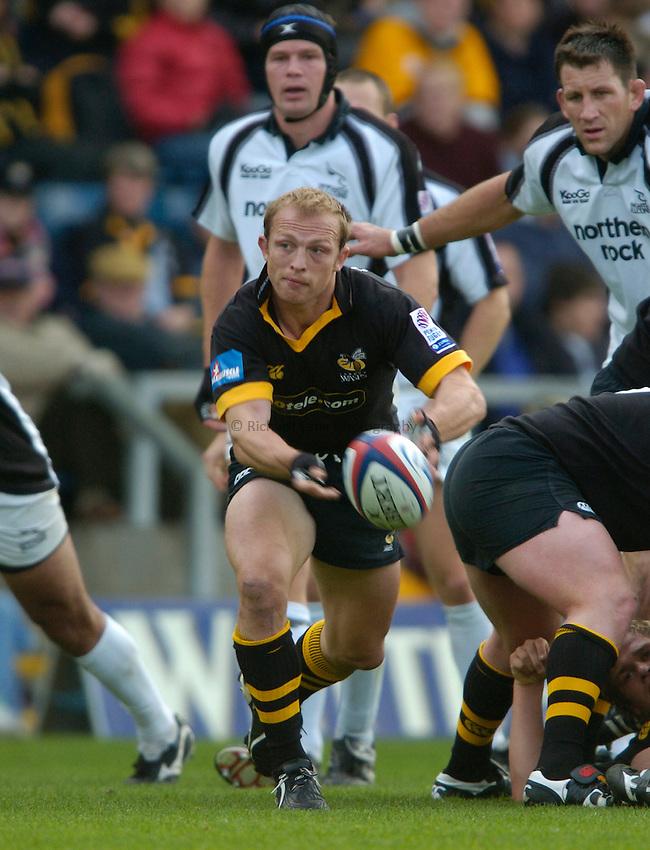 Photo. Richard Lane..London Wasps v Newcastle Falcons. Zurich Premiership.  10/10/2004..Matt Dawson gets the ball away.