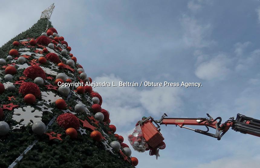 Querétaro, Qro. 7 de enero 2015. Una vez concluidas las festividades navideñas, trabajadores de la administración municipal retiran ya los adornos del árbol de Navidad ubicado en Jardín Giuerrero. Foto: Alejandra L. Beltrán / Obture Press Agency.