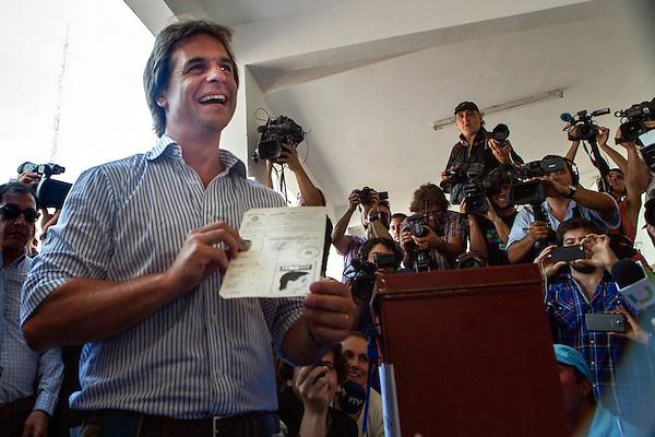 MON230 MONTEVIDEO (URUGUAY), 26/10/2014 - El candidato a la presidencia de Uruguay por el Partido Nacional, Luis Lacalle Pou, vota en las elecciones nacionales hoy, domingo 26 de octubre de 2014, en Montevideo (Uruguay). Lacalle, al que las encuestas ubican con un 33 % en segundo lugar en intención de voto tras el oficialista Tabaré Vázquez (41%-46%), pasaría con esos resultados a la segunda vuelta, en donde tendría, también según los sondeos, muchas posibilidades de ganar. EFE/David Puig