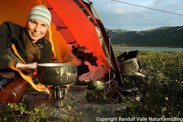 Jente i teltåpning en fin sommerkveld ---- Girl in open tent.