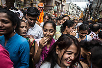 folla in coda, ragazze sorridenti Ganesh religious March