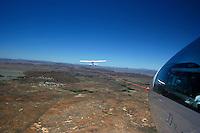 4415 / Flugzeugschlepp: AFRIKA, SUEDAFRIKA, 9.01.2007:Flugplatz Gariepdam, Flugzeugschlepp, Start, Duo Discus, Cessna 182, ueber dem Ort Gariepdam