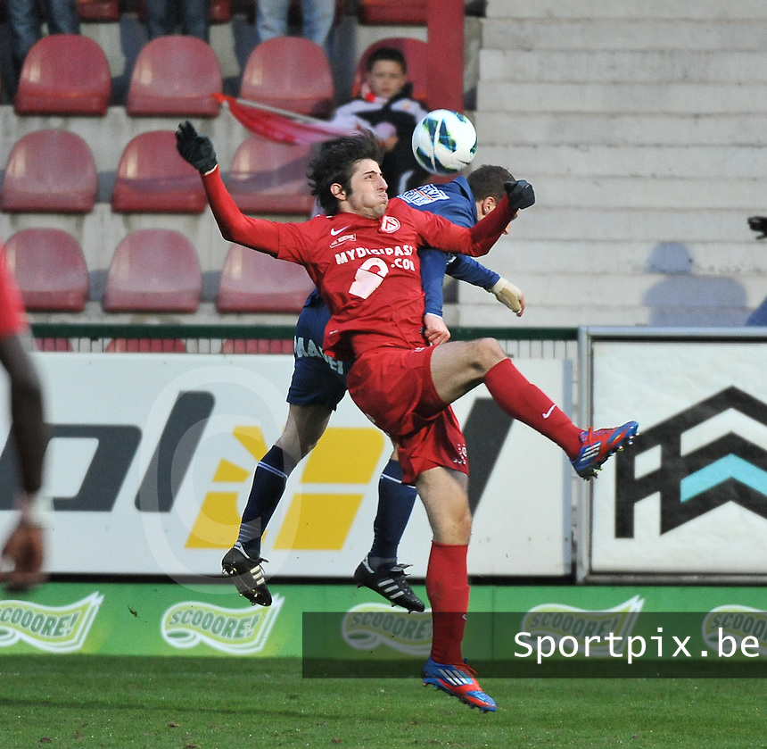 KV Kortrijk - RAEC Mons / Bergen  : duel met Pablo Chavarria.foto VDB / BART VANDENBROUCKE