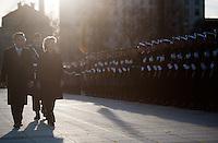 Berlin, Verteidigungsministerin Ursula von der Leyen (CDU), ihr Vorg&auml;nger Bundesinnenminister Thomas de Maiziere (CDU) und der General des Heeres der Bundeswehr Volker Wieker am Dienstag (17.12.13) im Verteidigungsministerium bei der Amts&uuml;bergabe mit milit&auml;rischen Ehren.<br /> Foto: Steffi Loos/CommonLens