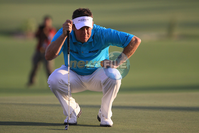 Lee Westwood lines up his putt on the 18th green during the opening round of Day 1 at the Dubai World Championship Golf in Jumeirah, Earth Course, Golf Estates, Dubai  UAE, 19th November 2009 (Photo by Eoin Clarke/GOLFFILE)