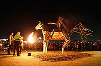 Nederland Utrecht - november 2018. Sint Maarten is in Utrecht favoriet boven Halloween. In Leidsche Rijn ontstaat een nieuwe traditie: het Vuur van Sint Maarten. Het Vuur van Sint Maarten is een spektakel vol lichtkunst en muziek rond een groot vuur. Het evenement vindt plaats op vrijdag 9 november op het Berlijnplein, aan de vooravond van de Sint Maarten Parade in de binnenstad. Het houten paard wordt verbrand.  Foto Berlinda van Dam / Hollandse Hoogte