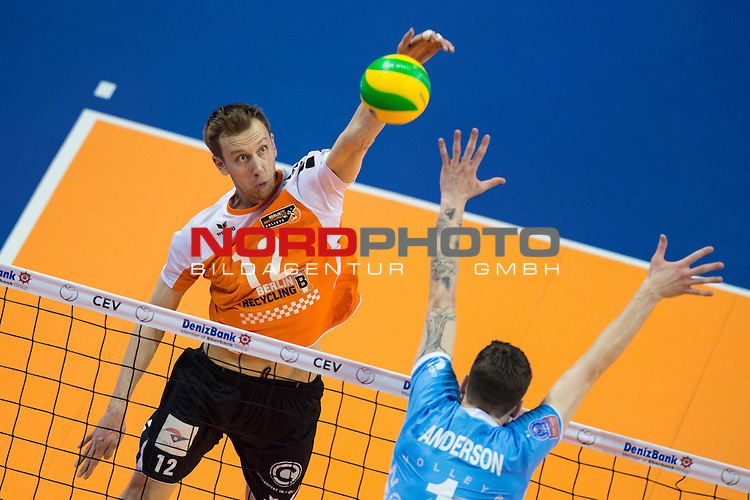 28.03.2015, Max Schmeling Halle, Berlin<br /> Volleyball, 2015 CEV Volleyball Champions League, Final Four, Halbfinale, BR Volleys (GER) vs. Zenit Kazan (RUS)<br /> <br /> Angriff Paul Carroll (#12 Berlin) - Block Matthew Anderson (#1 Kazan RUS)<br /> <br />   Foto &copy; nordphoto / Kurth