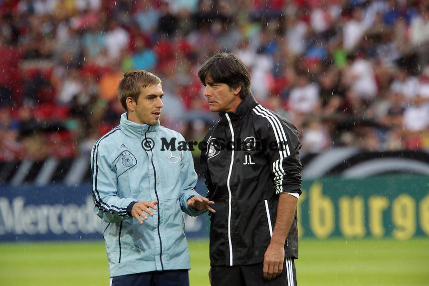 Bundestrainer Joachim Loew mit Kapitaen Philipp Lahm - Oeffentliches Training der Deutschen Nationalmannschaft, Coface Arena Mainz
