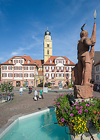 Germany, Baden-Wuerttemberg, Tauber Valley, Bad Mergentheim: market square with fountain 'Milchlingsbrunnen', Twin Houses and cathedral St John the Baptist at background | Deutschland, Baden-Wuerttemberg, Taubertal, Bad Mergentheim: Marktplatz mit Milchlingsbrunnen, den Zwillingshaeusern und dem Muenster St. Johannes