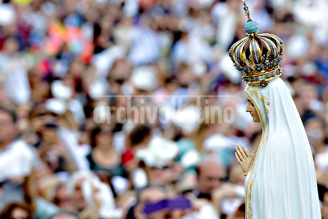 Pope Francis leads a Marian Prayer at St Peter Square - The statue of Our Lady of Fatima arrives in St. Peter square on October 12, 2013 as part of a Marian Day event at the Vatican.