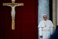 Papa Francesco durante una funzione religiosa in Piazza San Pietro.