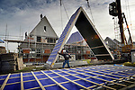 LELYSTAD - In Lelystad werken medewerkers van Dakdekkersbedrijf B & P aan de opbouw van de woningen van nieuwbouwproject Hanzepark. Naast diverse twee-onder-één woningen bouwt Oude Lenferink Bouw uit Harderberg hier ook vrijstaande woningen met een stijl puntdak in de stijl van architect Dudok. In dit gebied tussen het Stadshart en Schouw West moet uiteindelijk ruim 800 woningen verrijzen. COPYRIGHT TON BORSBOOM