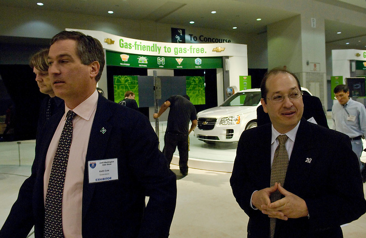"WASHINGTON, DC - Jan. 22: Keith Cole, of General Motors, and Assistant Energy Secretary Alexander ""Andy"" Karsner during media day at the Washington Auto Show. (Photo by Scott J. Ferrell/Congressional Quarterly)"