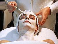 Vrouw krijgt een masker op de Beauty beurs