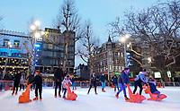 Nederland - Amsterdam - Januari 2019.  IJsbaan op het Rembrandtplein.   Foto Berlinda van Dam / Hollandse Hoogte