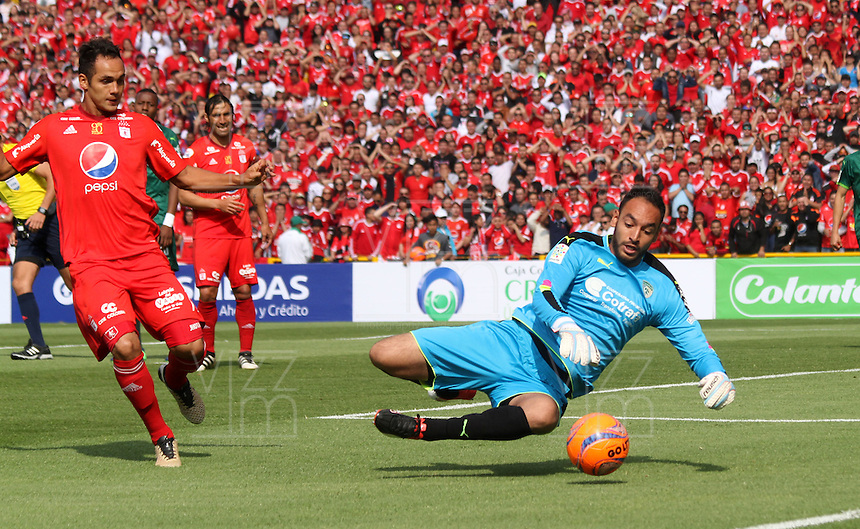 BOGOTA -COLOMBIA, 19-02-2017.Diego Novoa (R) goalkeeper of La Equidad fights the ball agaisnt of Jhonatan Alvarez (L) player of America de Cali.Action game between  La Equidad and America de Cali during match for the date 4 of the Aguila League I 2017 played at Ne stadium . Photo:VizzorImage / Felipe Caicedo  / Staff