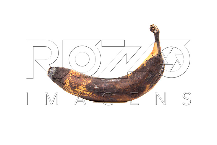 Banana podre no fundo branco, São Paulo - SP, 08/2016.