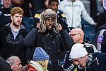 Solna 2013-09-30 Fotboll Allsvenskan AIK - &Ouml;sters IF :  <br /> AIK 36 Henok Goitom s&auml;tter p&aring; sig en p&auml;lsm&ouml;ssa n&auml;r han sitter p&aring; l&auml;ktaren under matchen<br /> (Foto: Kenta J&ouml;nsson) Nyckelord:  portr&auml;tt portrait