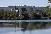 Europe/Europe/France/Midi-Pyrénées/46/Lot/Caillac: Tourisme fluvial dans la Vallée du Lot devant le Château de Langle XVI, remanié au XIX°s
