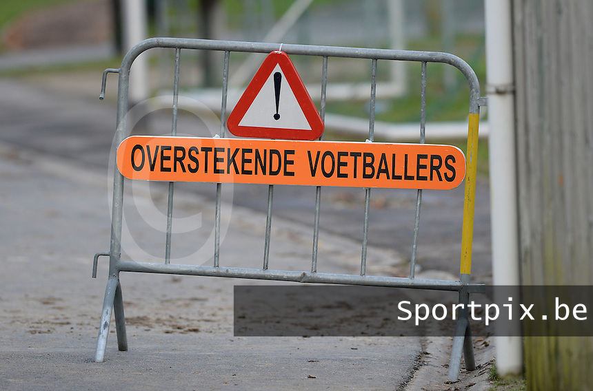 SV Wevelgem City B - Groene Duivels Ingooigem : opgelet ! Overstekende voetballers <br /> Foto David Catry | VDB | Bart Vandenbroucke