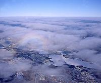 4415/Schwerin:DEUTSCHLAND, MECKLENBURG-VORPOMMERN 09.01.2003: ueber den Wolken bei Schwerin. Ein Halo erscheint auf den Schleierwolken. Unterhalb der duennen Wolkenschicht erscheint ein Teil von Schwerin. Die Landschaft ist verschneit und die Seen sind vereist. Winterstimmung. Über den Wolken geht der Blick bis an den Horizont