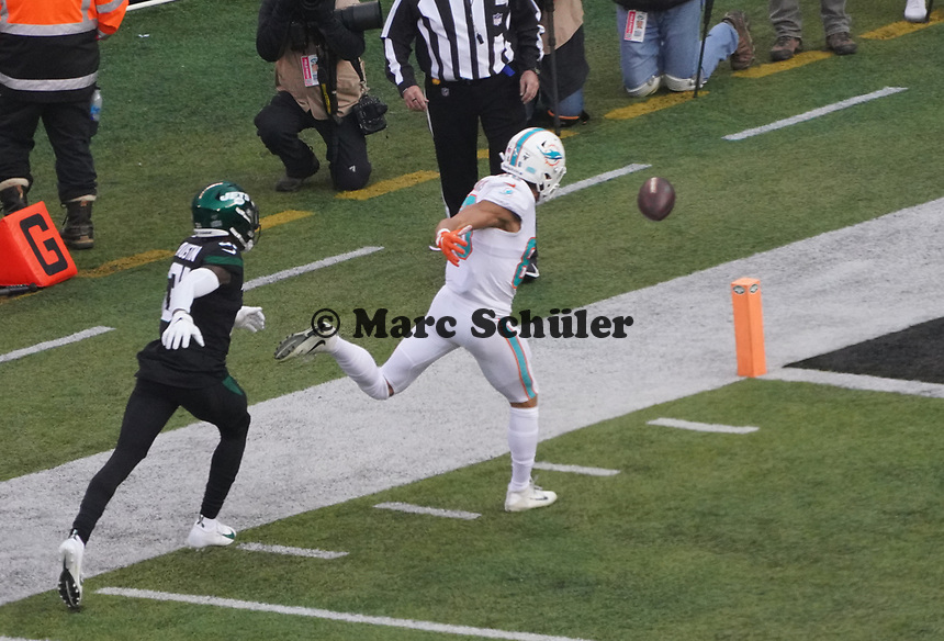 tight end Mike Gesicki (88) of the Miami Dolphins bekommt den Pass nicht - 08.12.2019: New York Jets vs. Miami Dolphins, MetLife Stadium New York