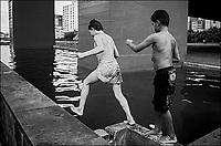 Menores de rua nadando no Masp, São Paulo. 1993. Foto de Juca Martins.