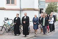Pfarrerin Jutta Pfannkuch und Pfarrer Burkhard Lusky führen den alten und neuen Kirchenvorstand zum Gottesdienst