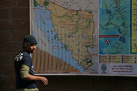 An ilegal inmigrant deported from Arizona, USa, watcha a map of the border  in Los   Nogales, Sonora, in North Mexico.