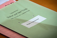 Eine Aktenmappe des Regierungssprechers Steffen Seibert mit der Aufschrift &quot;Lagezentrum - Sofort auf den Tisch - Regierungssprecher&quot; liegt am Mittwoch (11.03.15) in Berlin im Bundeskanzleramt auf dem Kabinettstisch.<br /> Foto: Axel Schmidt/CommonLens